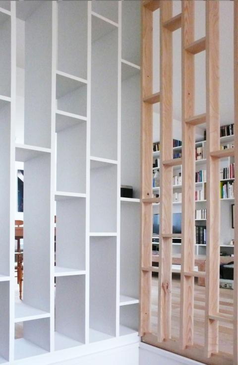 claustra cage d'escalier en bois brut et medium peint